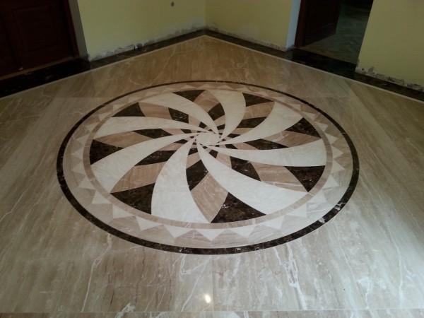podłoga z kamienia naturalnego, wzory wycinane wodą