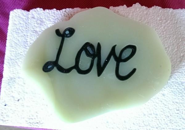 napis Love wycięty wodą w kamieniu