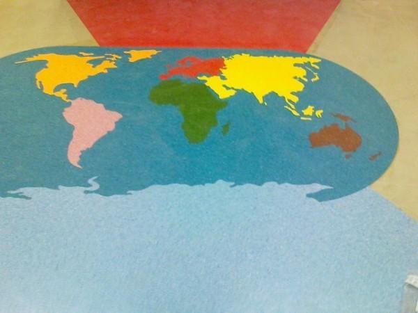gumowa mapa świata, wzory wycinane wodą